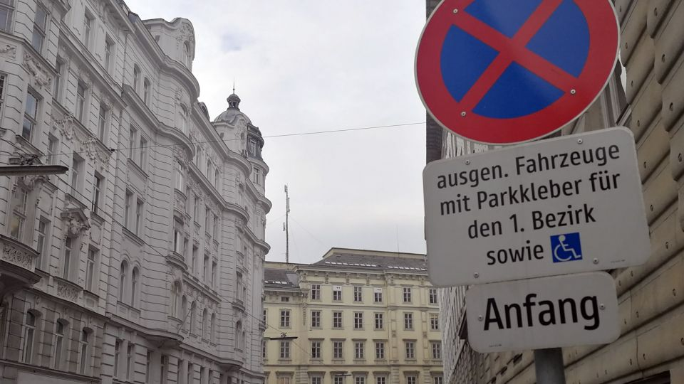 Parking a Car: Sign of a Residential Zone in Vienna © echonet.at / rv