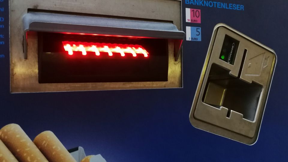 Cigarette Venting Machine in Vienna with Bank-Card-Verification © echonet.at / rv
