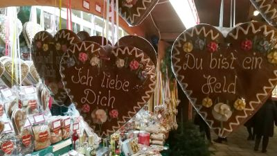 Christmas Market Stall with Hearts of Gingerbread © echonet.at / rv