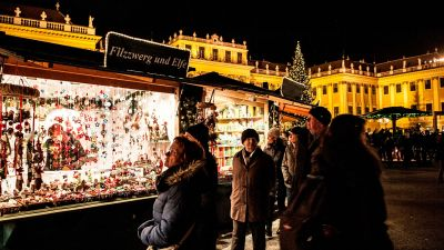 Christmas Market Stall with People in Schoenbrunn Vienna © www.weihnachtsmarkt.co.at | Fotofally